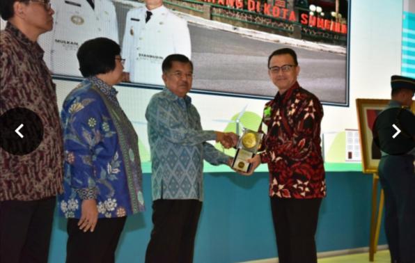 Wakil Presiden RI saat menyerahkan Piala Adipura ke 10 tahun 2018  kepada Wakil Bupati Bangka, Syahbudin,S.I.P., di Kementerian Lingkungan Hidup dan Kehutanan RI