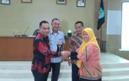 Pemberian Cinderamata pada kegiatan Studi Komparasi DPRD Kab Belitung ke Pemkab Bangka. (Foto Dinkominfotik)